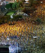 Demonstrasi sambil physical distancing terjadi di Tel Aviv