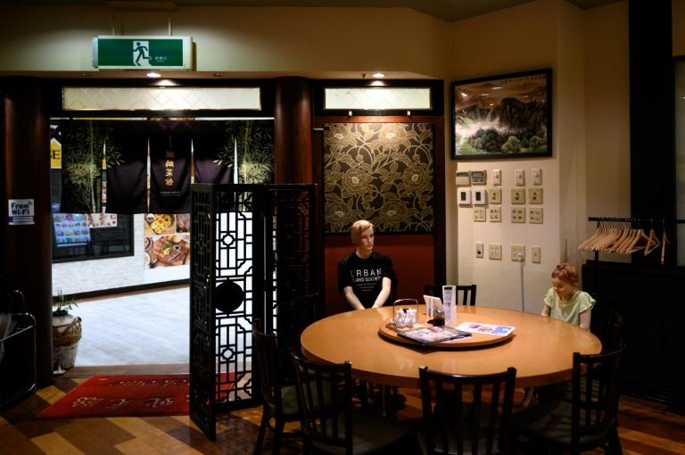Terapkan Physical Distancing, Restoran di Jepang Gunakan Cara Aneh! Apa Itu?