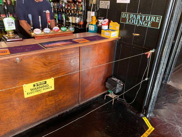 """Lupa Physical Distancing, Bar Ini """"Setrum"""" Para Pengunjungnya Pakai Pagar Listrik!"""