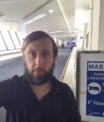 """Pandemi Covid-19 Bikin Pria Ini Nginep Di Bandara Selama 4 Bulan, Mirip Film """"The Terminal""""!"""