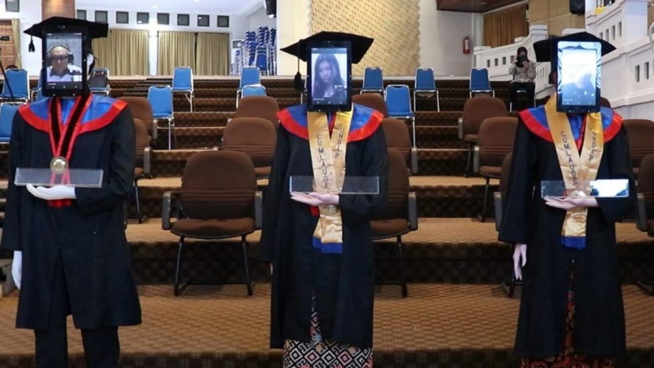 Wisuda Undip Digelar dengan Menggunakan Robot (foto: Liputan6.com/Felek Wahyu)