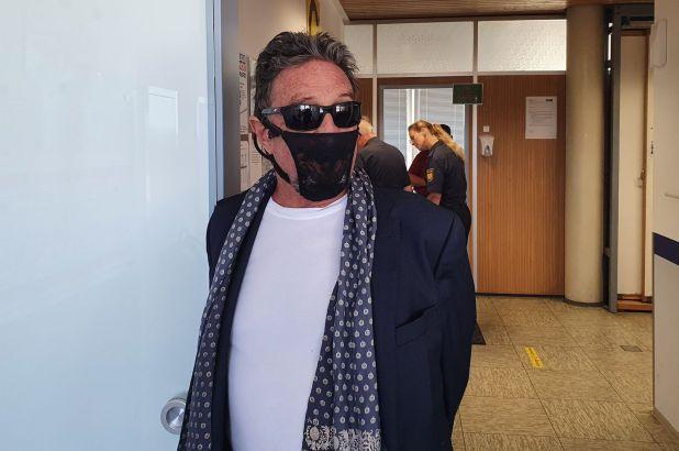 Gunakan Masker dari Celana Dalam Wanita, Miliarder Ini Berurusan dengan Polisi