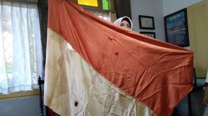 Bendera Merah Putih yang pertama kali dikibarkan di Indonesia (foto: tribunjabar/ahmad imam baehaqi)
