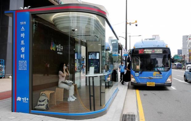 Halte Bus Ini Anti Corona! Kok Bisa? (Foto/REUTERS)