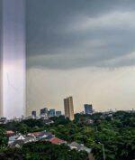 Cahaya Lurus di Langit Jakarta Selatan Viral, Betulan atau Hoaks? (Via Instagram @wibisono.ari)
