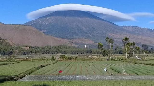 "Fenomena ""Gunung Bertopi Awan"" Muncul di Gunung Lawu, Apa Penyebabnya? (Sumber: Facebook/erminsembahulun)"