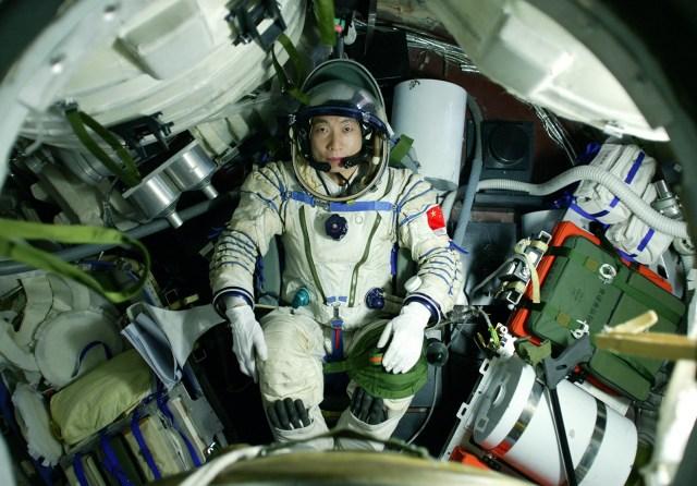 Horor, Astronot Ini Dengar Ketukan Misterius di Luar Angkasa!
