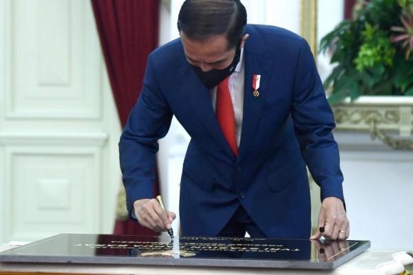 Jokowi Teken UU Ciptaker 1.187 Halaman
