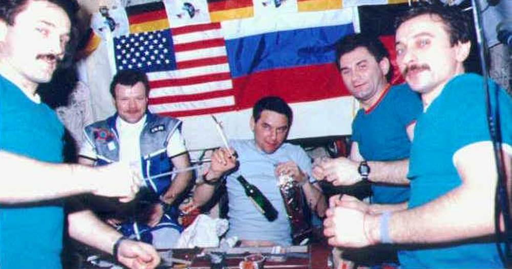 Menyelundupkan Alkohol Ke Luar Angkasa Jadi Kebiasaan Astronot, Gimana Caranya?