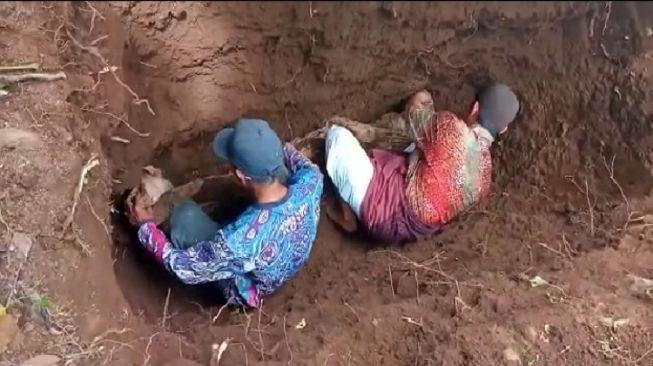 Dikubur 30 Tahun, Jasad Mbah Soewardi Masih Utuh dan Berbau Wangi! Kok Bisa?