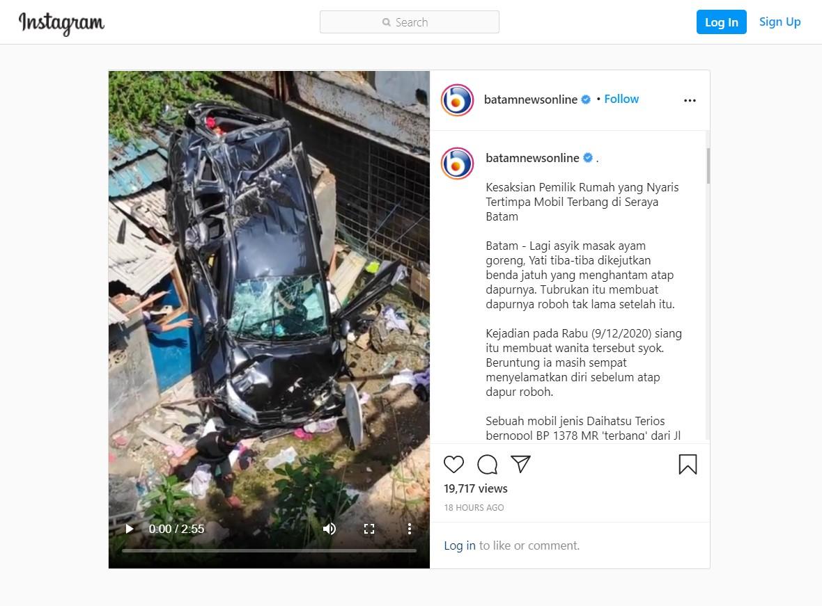 Asyik Masak, Tiba-Tiba Atap Rumahnya Dihantam Mobil!