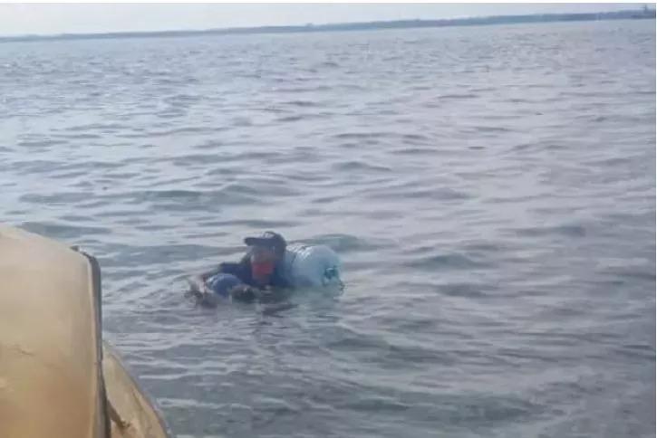 Berenang Pakai Galon, Jadi Cara Pria Ini Mudik Dari Balikpapan ke Malang
