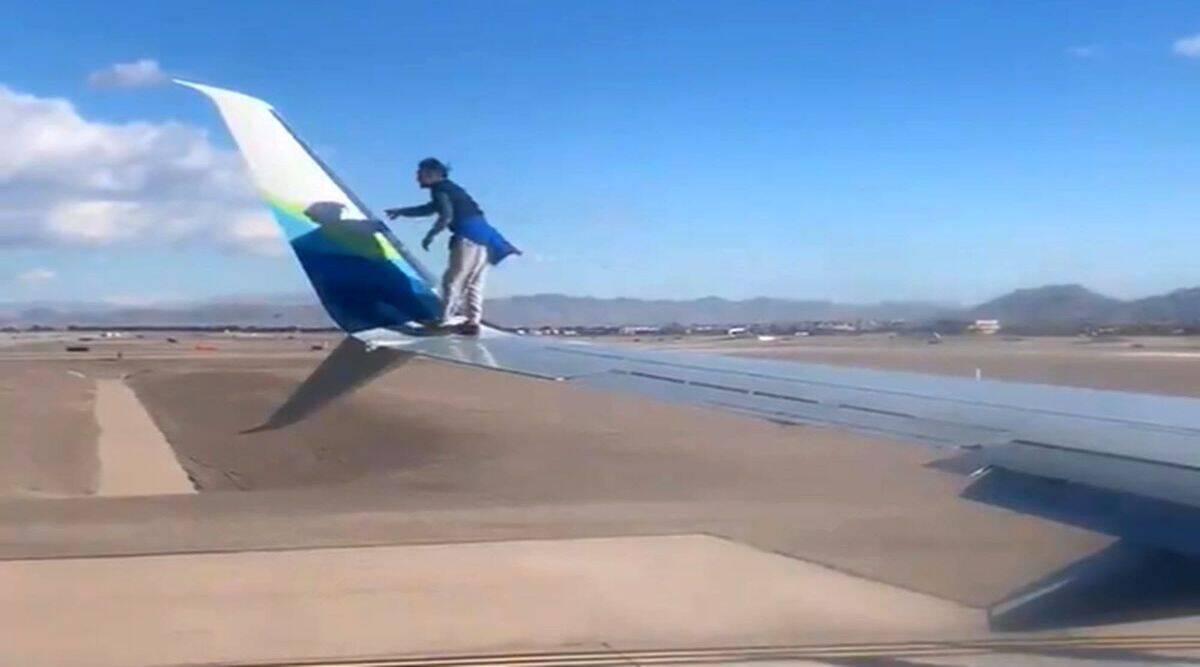 Pria Nekat Naik Sayap Pesawat yang Ingin Lepas Landas, Apa Alasannya?