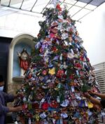 Jelang Natal, Warga NU Surabaya Ikut Rangkai Pohon Natal untuk Gereja (Foto: SINDONews/Ali Masduki)