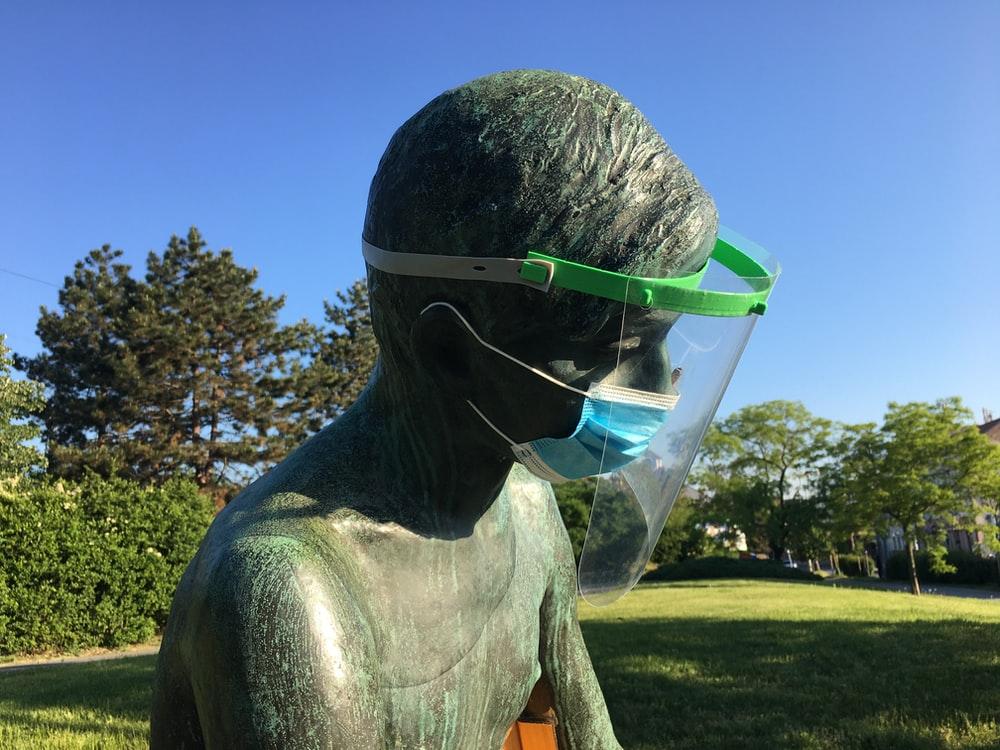 KPI Bakal Tegur Artis yang Pakai Face Shield Tanpa Masker?