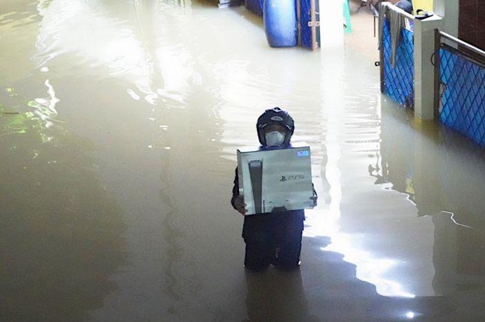 Nekat Terobos Banjir Demi PS5, Seorang Pria Mendadak Viral! Apa Alasannya?