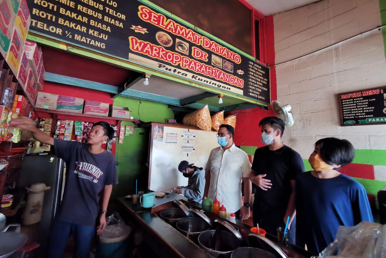 Anies Baswedan Nongkrong di Warkop, Warga: Bapak Kerja Dimana?