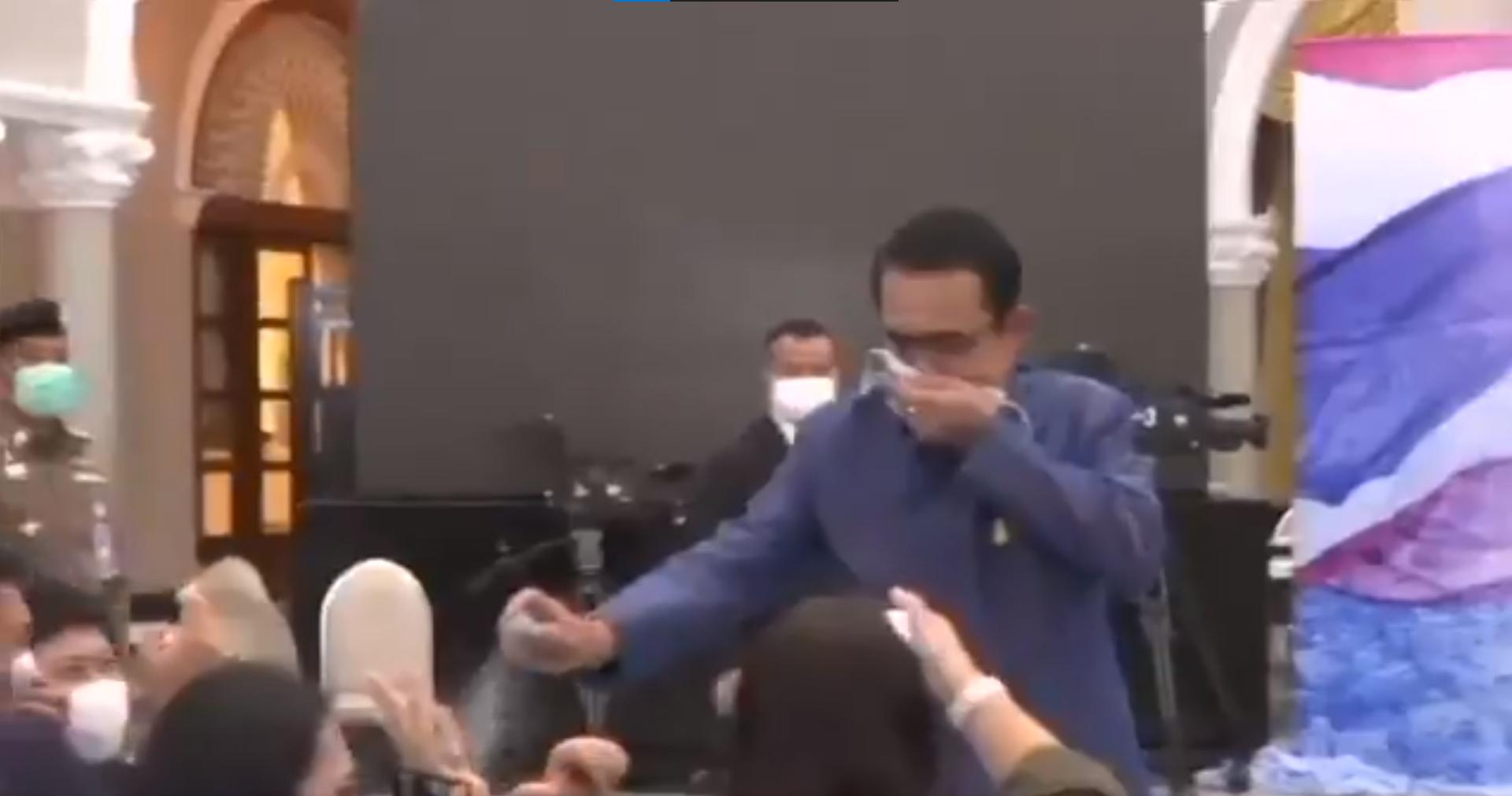 Semprot Disinfektan Ke Arah Wartawan, PM Thailand Viral! Apa Alasannya?