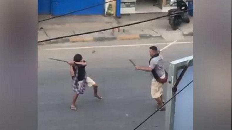 Ngabuburit Next Level : Dua Pria Berduel Samurai vs Parang di Jalan Raya!