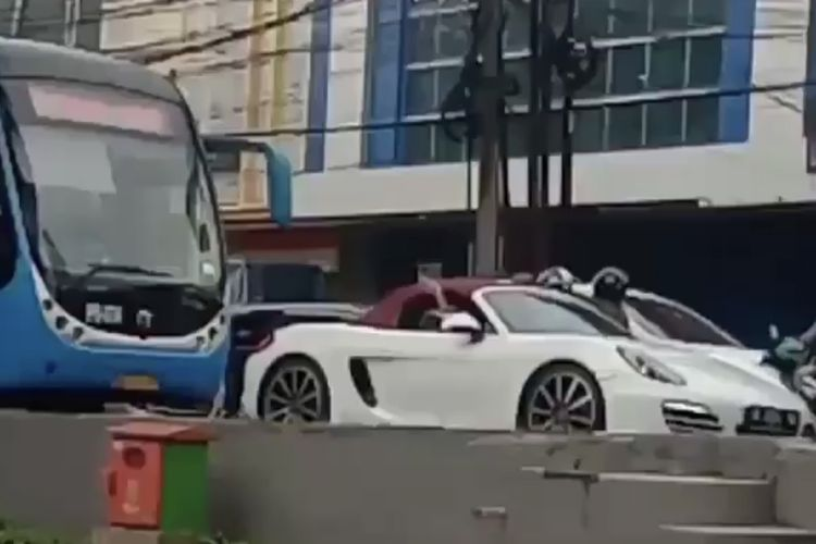 Mauk Jalur Busway, Pengemudi Porsche Jadi Buruan Polisi