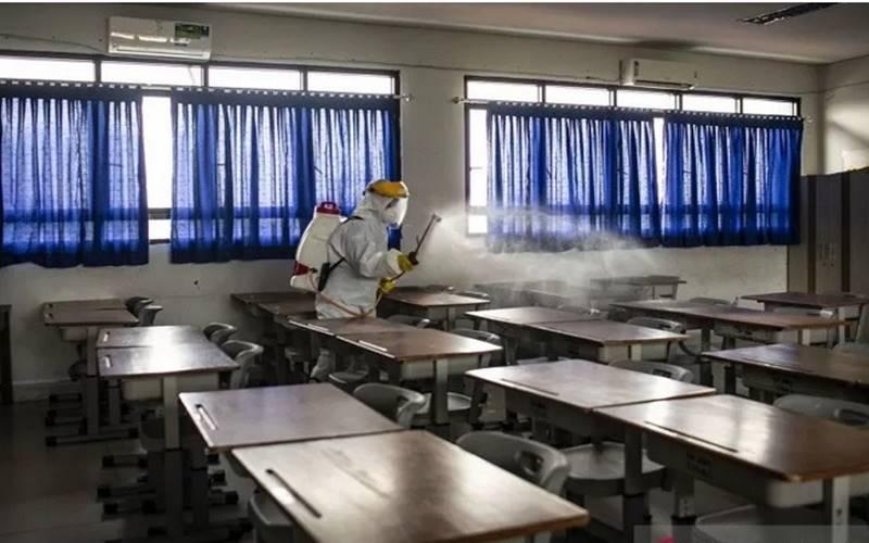 Penyemprotan disinfektan sekolah