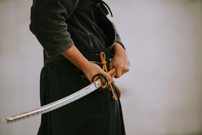 Barang Gak Sesuai Pesanan Pas COD, Pria Ini Ancam Kurir Pakai Samurai