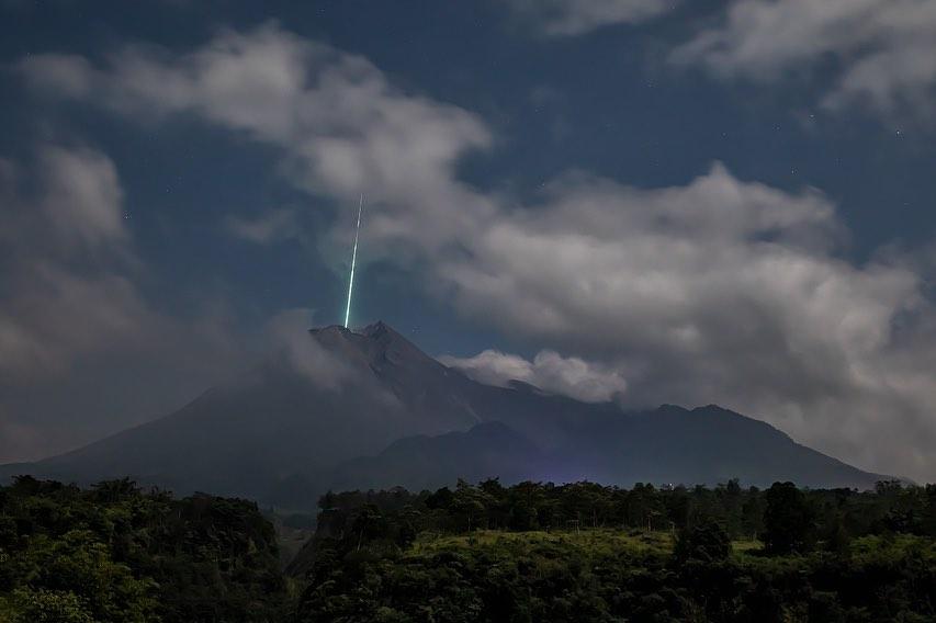 Meteor Jatuh di Puncak Gunung Merapi, Ini Penjelasan dari LAPAN dan BPPTKG