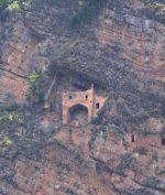 Kastil Misterius Ini Dibangun di Tembok Tebing, Jadi Misteri Arkelogi