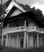 Villa Horor Cisarua, Suara Geraman dan Penampakan Wanita Berambut Panjang