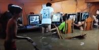 Asik Main Gim di Warnet Kala Banjir, Aksi Bocah Tersebut Viral
