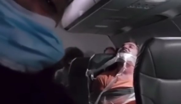 Penumpang Pesawat Dilakban di Kursinya, Ternyata Ini Penyebabnya