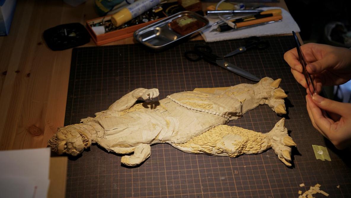 Seniman Jepang Ini Bikin Patung Godzilla Dari Kardus, Realistik!