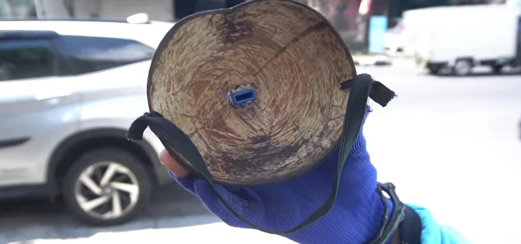 "Pakai Masker Dari Batok Kelapa, Juru Parkir Ini Kena ""Tegur"""