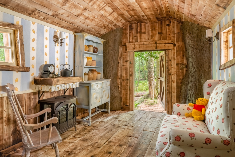 Untuk memeriahkan hari anniversary ke-95 Disney, Airbnb menghadirkan rumah yang terinspirasi dari rumah Winnie the Pooh.