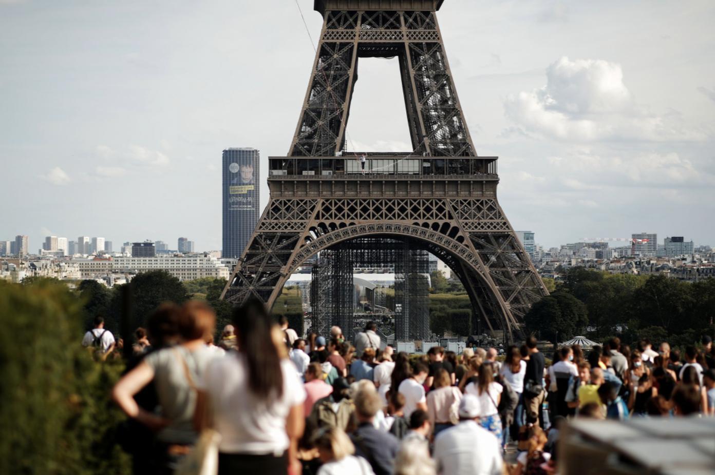 Aksi Ekstrem! Pria Ini Berjalan di Seutas Tali dari Menara Eiffel
