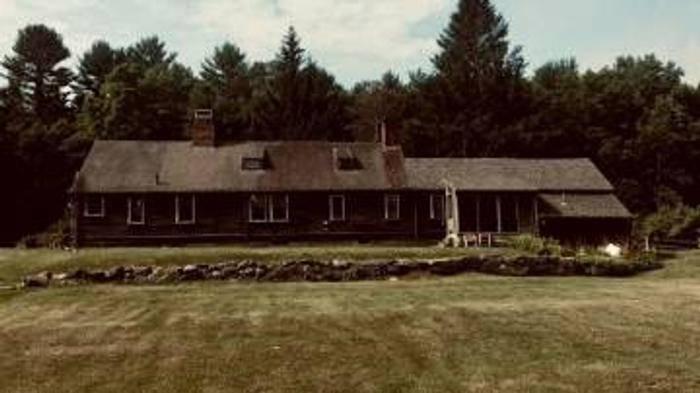 Ingat rumah angker yang jadi latar film The Conjuring? Rumah tersebut dijual! Nggak tanggung-tanggung, nilainya bahkan menembus Rp17,1 miliar!