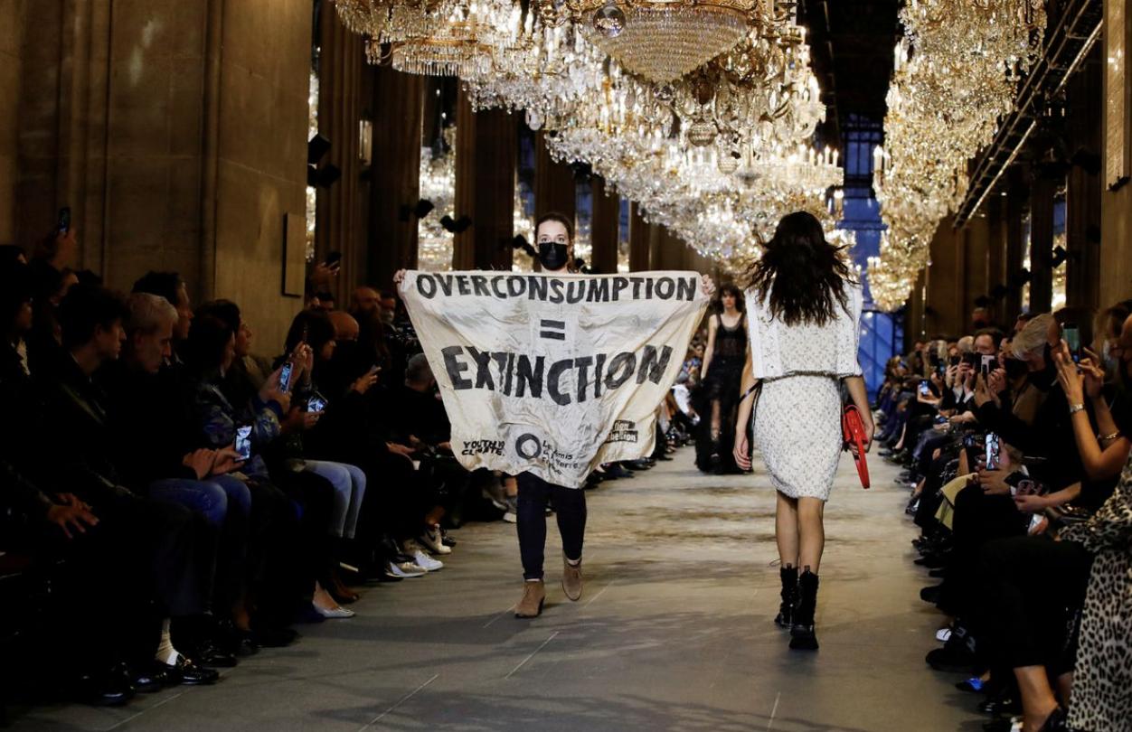 Fashion Show Louis Vuitton Kedatangan 'Tamu' Pedemo di Catwalk, Protes Lingkungan!