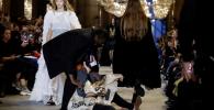 Fashion Show Louis Vuitton Kedatangan 'Tamu' Pedemo di Catwalk, Protes Industri Fashion!